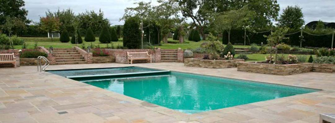 Swimming pool fitted with an automatic safety cover