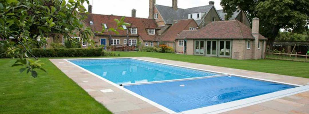 Block and liner swimming pool with corner steps